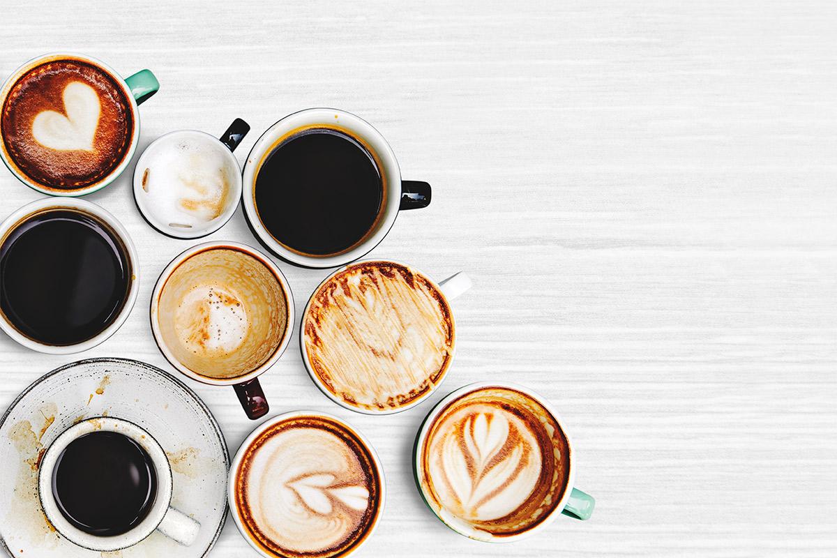 Quais são os principais recipientes usados para servir café nas cafeterias?