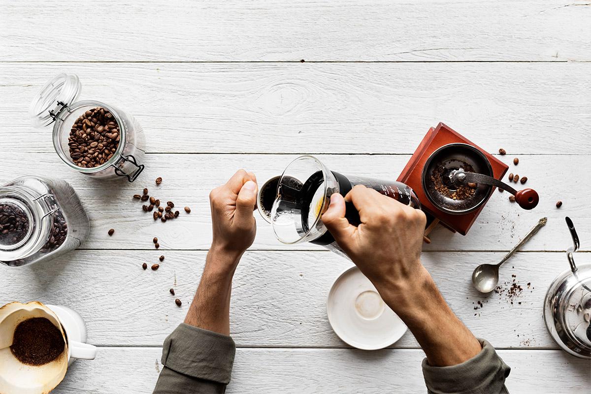 Qual é o melhor método para moer o café antes de preparar a bebida